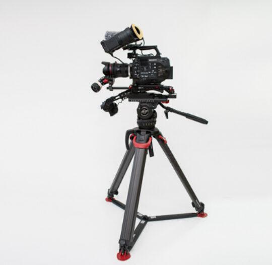 FS7 mit 24-105 Optik Sachtlerstativ